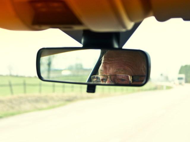 Fyra ansikten i en bil
