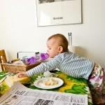 Att sitta still och äta har blivit en omöjlighet, det ska alltid springas runt och testa nya positioner