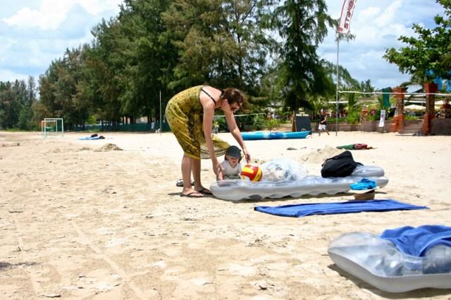 Susanne och Smilla busar i den varma sanden
