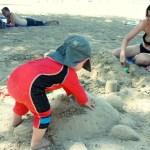 Ännu en dag på stranden med skölpaddor och sandslott