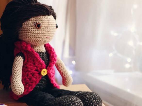 Bábika s hnedými vláskami, ktoré sa dajú česať. Má čierne rifle a tričko, hnedé oči.
