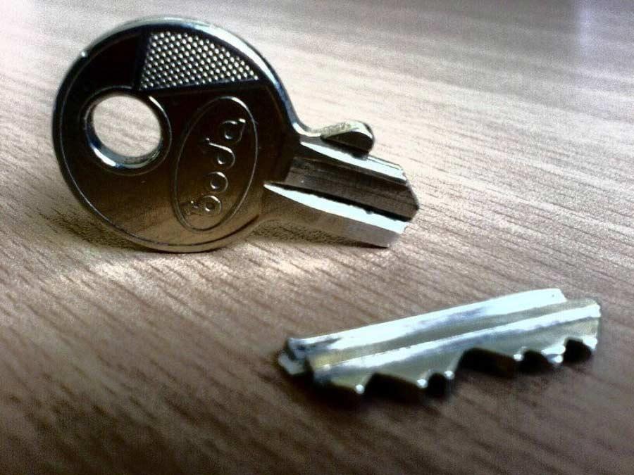 Uploaded ToΈσπασε το κλειδί στην πόρτα: Τι να κάνω;