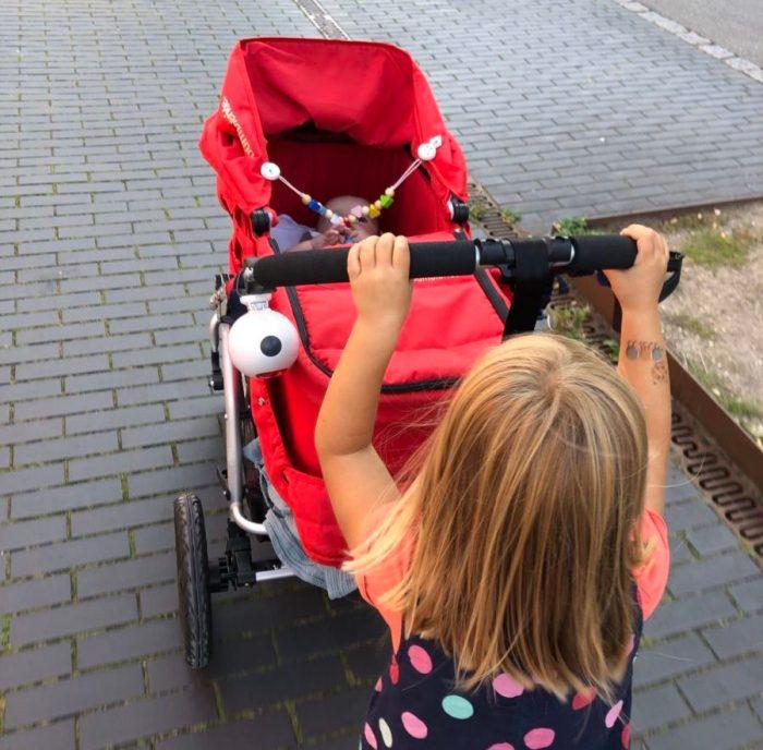 peuter met kinderwagen