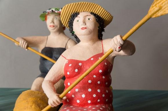 Elvira und Olga Pappmachéfiguren