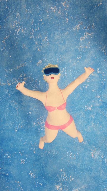 Rosa im Bikini Pappmachéfigur von Johanna Iversen