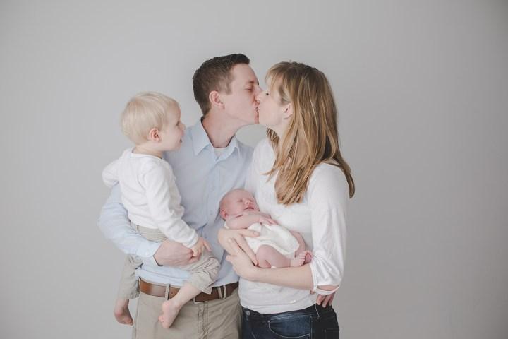 Familienfotos im Studio kleinerNordfuchs kleiner Nordfuchs Küsschen Kuss Eltern Familie weiß Hell Clothing