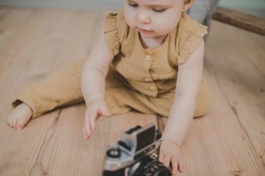 Babyfotos Outfit Idee Romper Senf Knöpfe Mädchen kleiner Nordfuchs