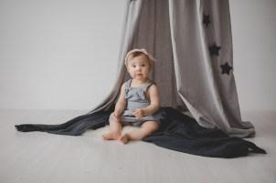 outfit Babyfotos Kleinernordfuchs Jeanskleid Denim Zelt Himmel Baldachin