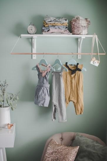 Garderobe Kupfer weiß Babykleidung Kleinernordfuchs Salbei Wandfarbe