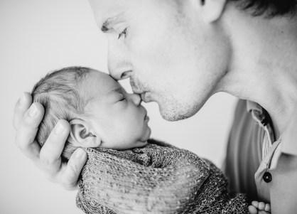 Newborn Papa Posing Daddy Kiss Kuss Neugeborenenfotos Heilbronn