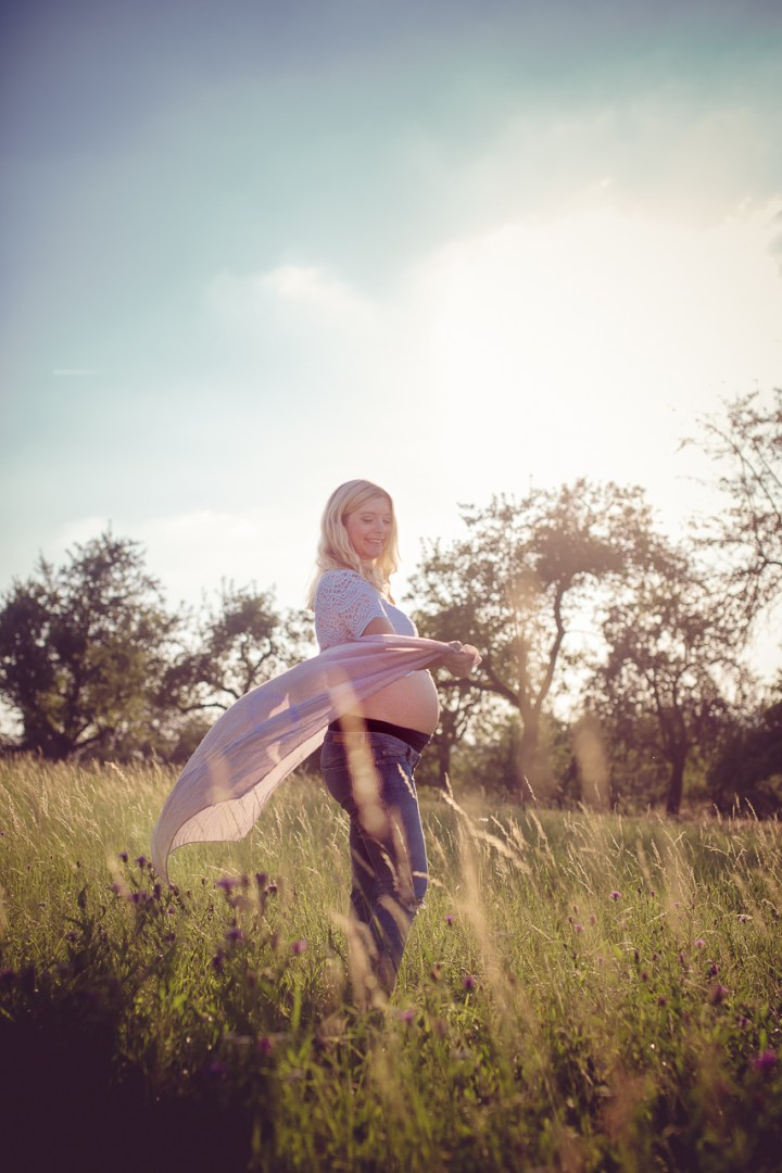 Schwangerschaftsfotos_outdoor_wiese_Abendsonne__KF_8913_MichaelaKlose