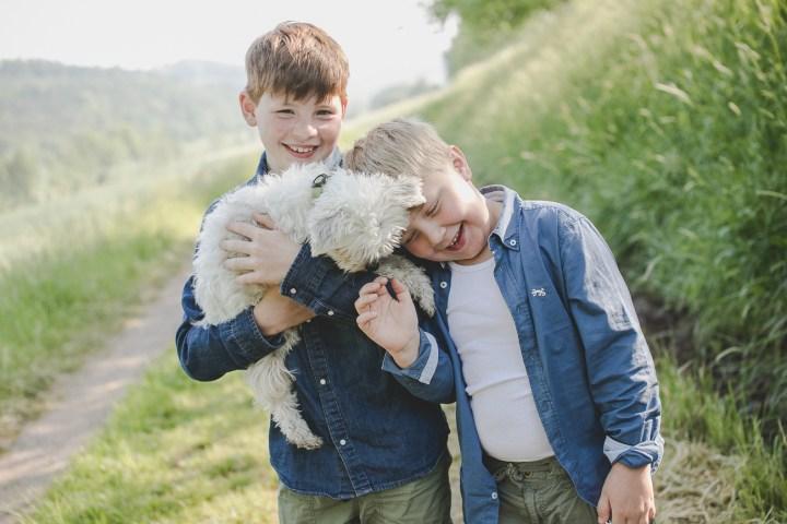 Geschwisterfoto Kinderfotograf Hund Jungs Familie Outdoor in Grünen Michaela Klose fotografin