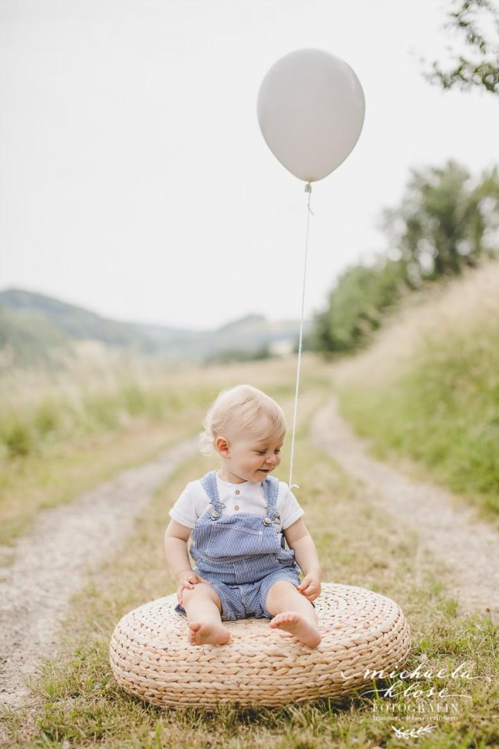 Kinderfotografin Michaela Klose Shooting Outdoor im Grünen Ballons Rosa Weiß Feldweg Mama Tochter Sohn zwei Kinder Fotografin Heilbronn Beilstein