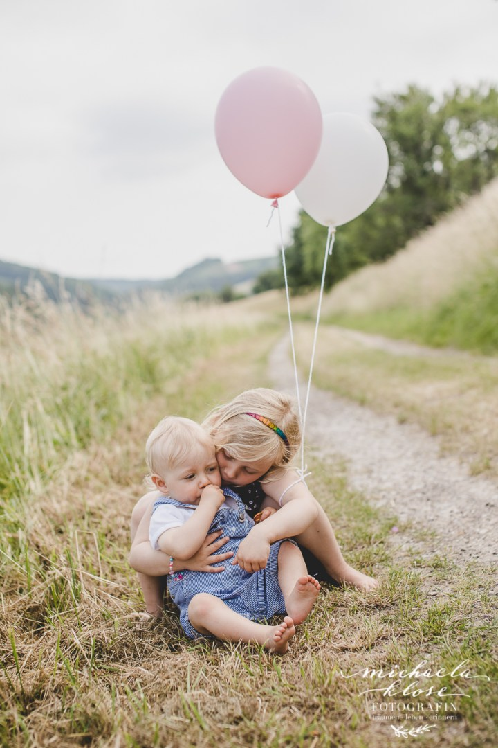 Geschwisterfotos Ballons Rosa Weiß Feldweg kleiner Nordfuchs