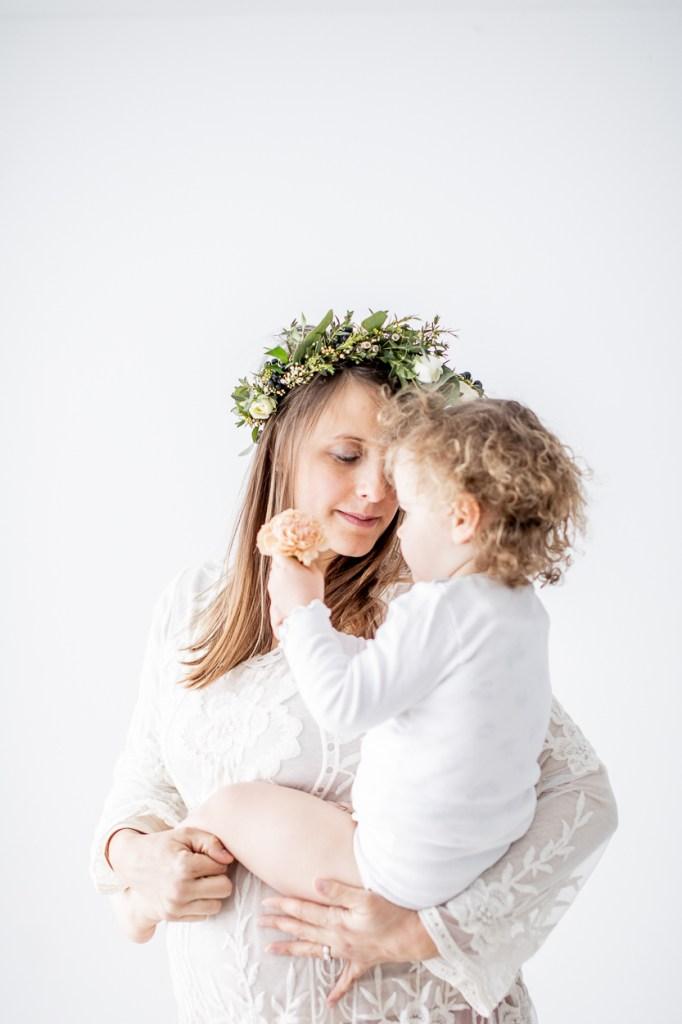 Babybauchfotos im Studio mit Haarkranz und Schwester Michaela Klose