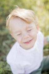 Junge strahlt Kind lacht Kinderfotograf Beilstein