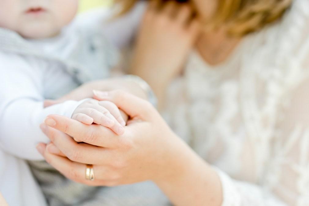 Babyfotos Babymädchen Fotoshooting Michaela Klose Fotografin Beilstein Mama mit Baby im Freien