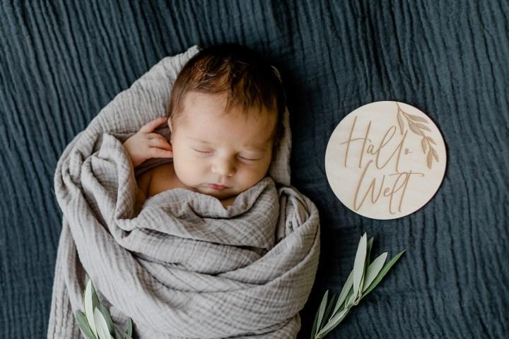 Hallo Welt Baby mit Accessoires Babyfotos
