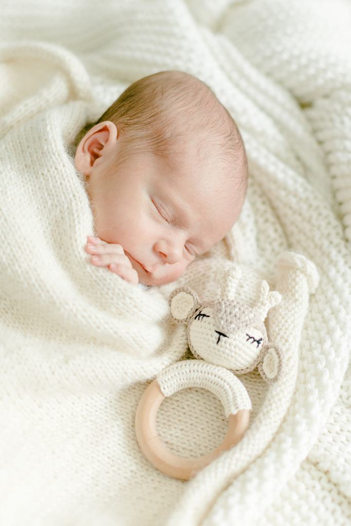 Babyrassel DIY Newbornfotos im Bett