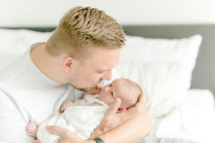 Papa und Baby Neugeborenenfotos zu Hause