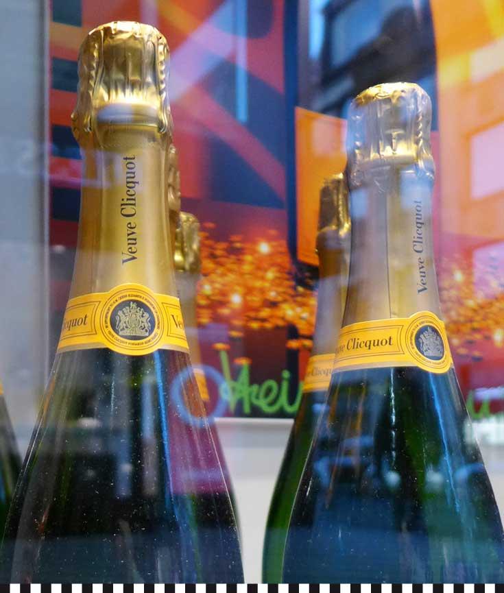 Veuve-Clicquot-Flaschen in den Auslagen der Konditorei Heinemann