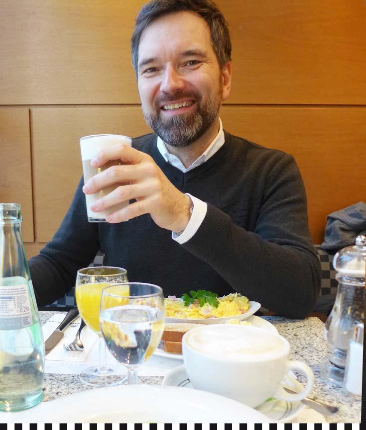 Moderator Ingo Nommsen beim Frühstück in der Konditorei Heinemann