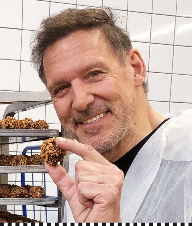 Schauspieler und Ex-Mr. Universum Ralf Moeller beuscht die Konditorei Heinemann