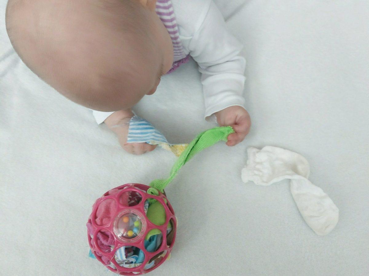 Eine tolle Aktivität für Babys. Der mit Stoffresten befüllen O-Ball beschäftigt kleine Kinder und fördert die Feinmotorik.