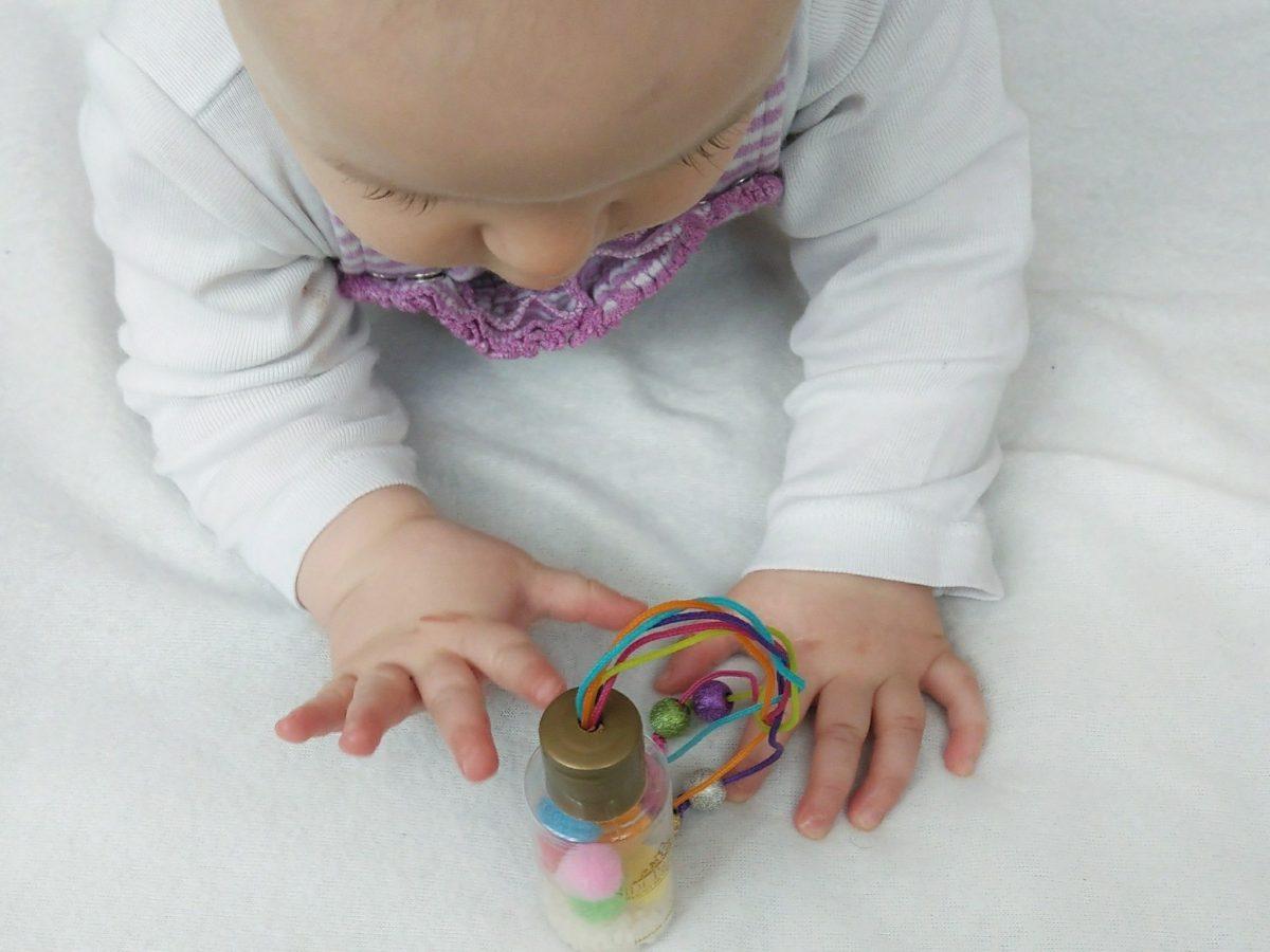 Die DIY Regenbogen Rassel ist einfach selbst gemacht und eine tolle Beschäftigung für euer Baby. Die Sonne Fühlen, Hören und Sehen werden mit dieser DIY Idee angesprochen.