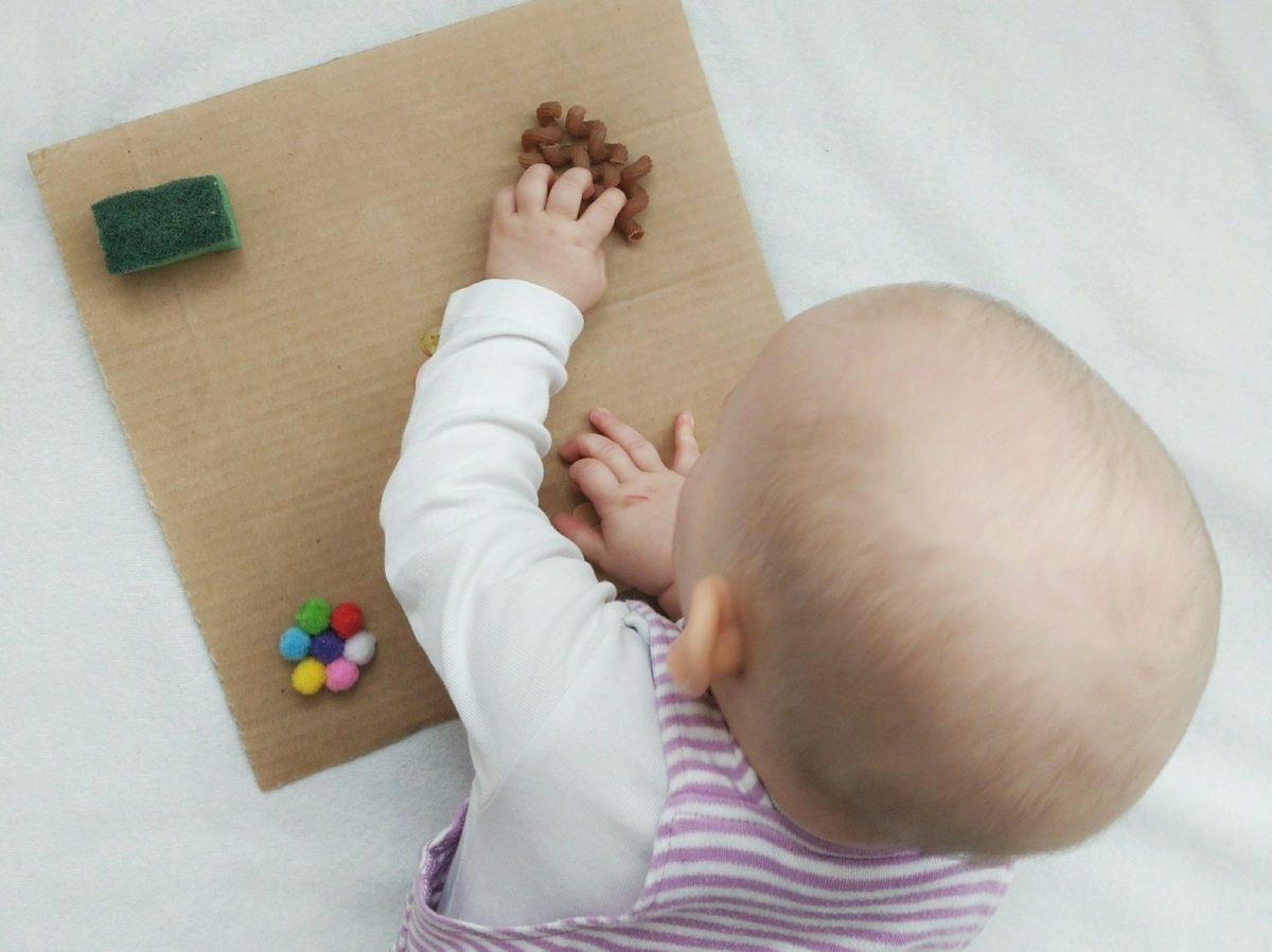 Babys lieben es unterschiedliche Materialien anzufassen. Mit diesem schnell gemachten DIY bastelt ihr den Kleinen eine tolle Beschäftigungsmöglichkeit