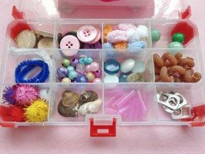 Kreativbox zur Beschäftigung von Baby und Kind: Idee zum Fördern der Fantasie und Feinmotorik