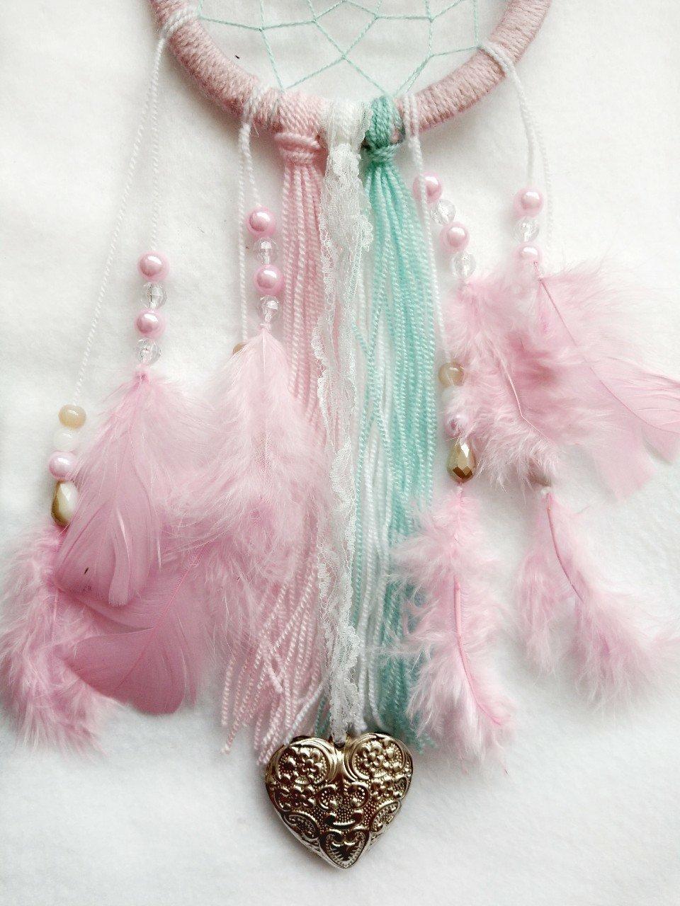 Als Deko für den diy Traumfänger eigenen sich Perlen, Schnüre und Federn
