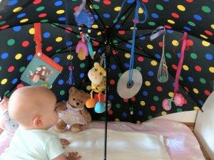 Sensorik-Regenschirm – DIY Spielzeug zur Beschäftigung für euer Baby