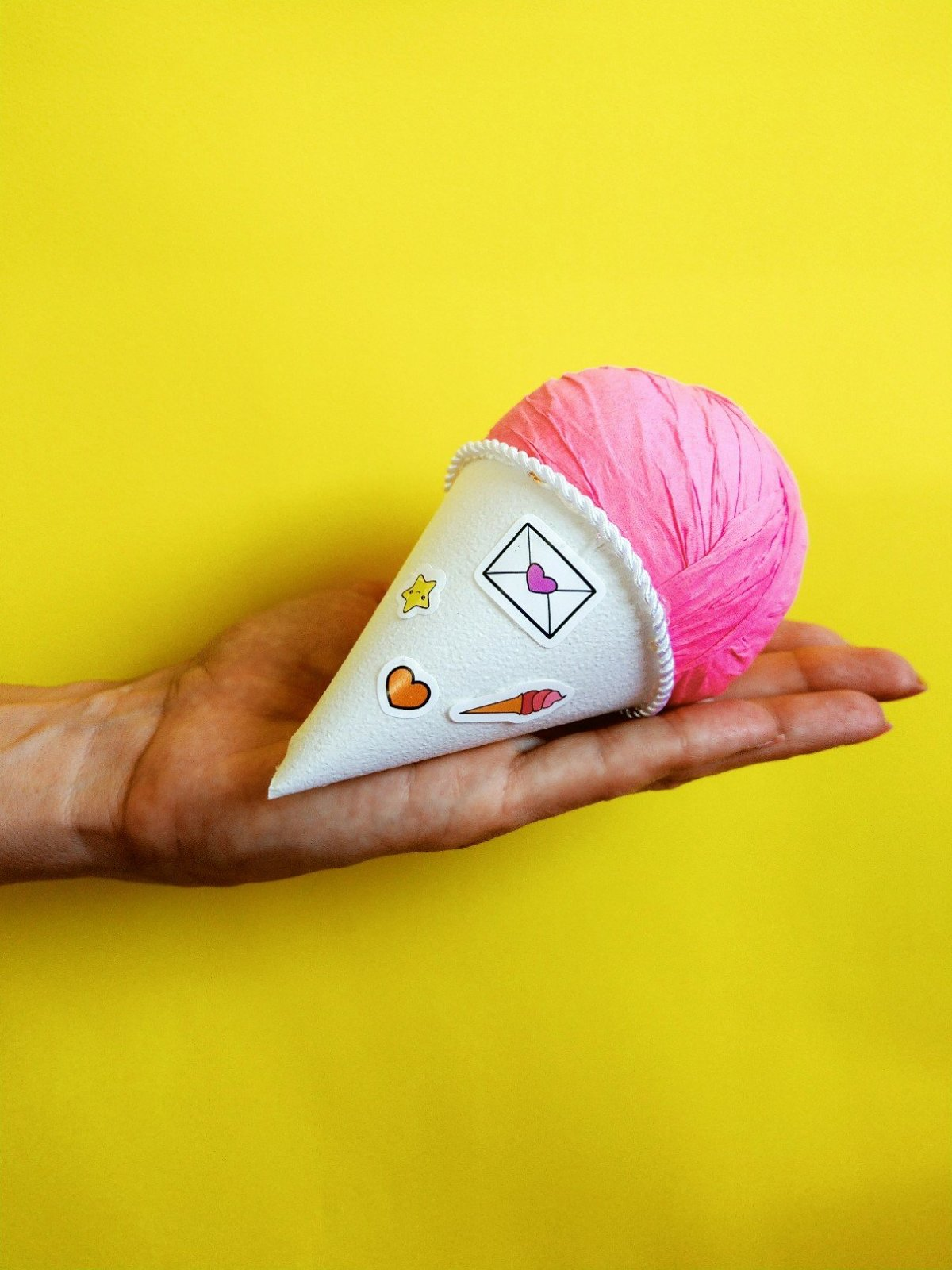 Orginelle Geschenkverpackung zum Selbermachen. Das DIY Eis ist schnell und einfach gebastelt und verbirgt im inneren lauter kleine Überraschungen. Tolles DIY Geschenk und bestens als Mitbringsel zur nächsten Gartenparty geeignet.