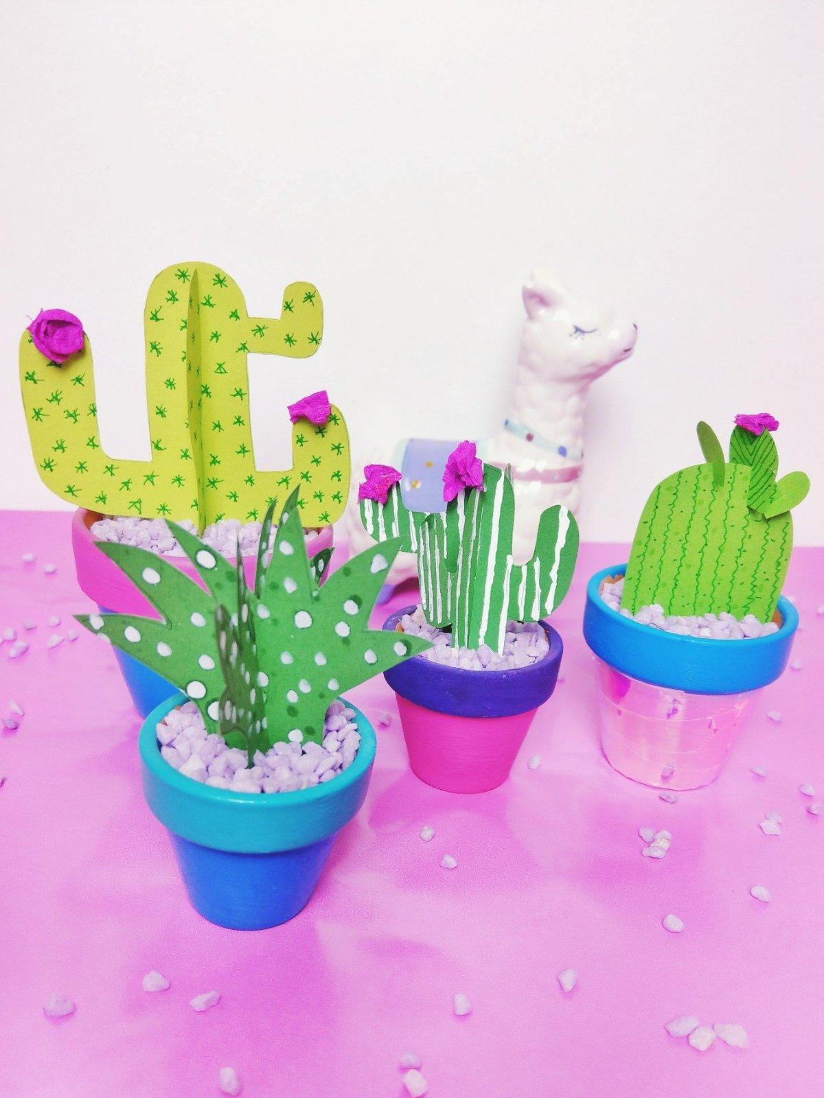 Heute zeige ich euch, wie ihr einen Kaktus aus Papier basteln könnt. Kakteen sind wirklich eine schöne Deko im Sommer. DIY Schritt für Schritt Anleitung. Schnell und einfach.