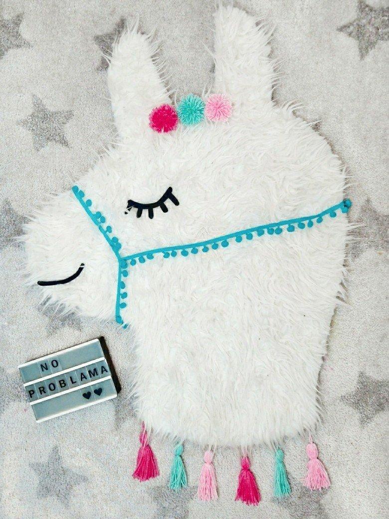 Süßer DIY Teppich zum Selbermachen. Dieser niedliche Lama Teppich wird nur geklebt, ihr müsst nicht nähen. Die Anleitung findet ihr auf meinem Blog.