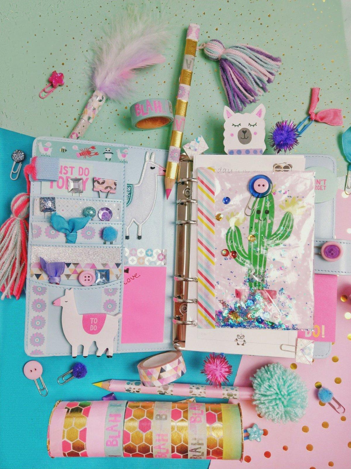 Hier zeige ich euch wie ihr Schulsachen selber machen könnt. Drei tolle Back to School Ideen, von Stifte aufpumpen über Mäppchen aus Klopapierrollen bis hin zu tollen Lesezeichen aus Büroklammern.