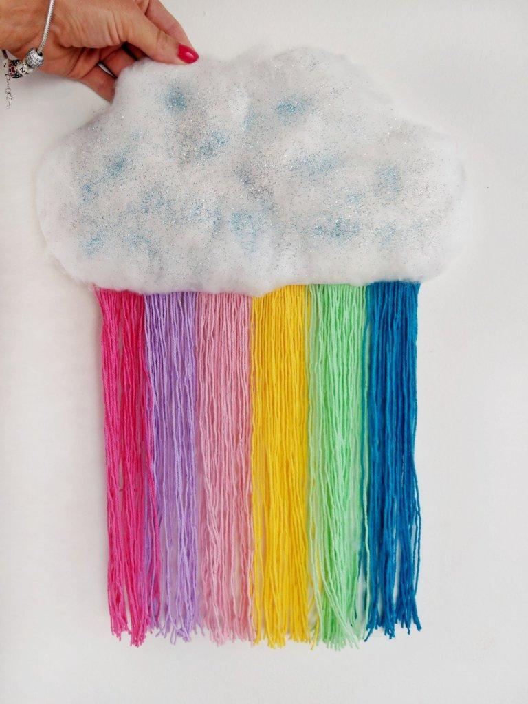 DIY Wolke mit Regenbogen basteln. Tolle Bastelidee für Kinder