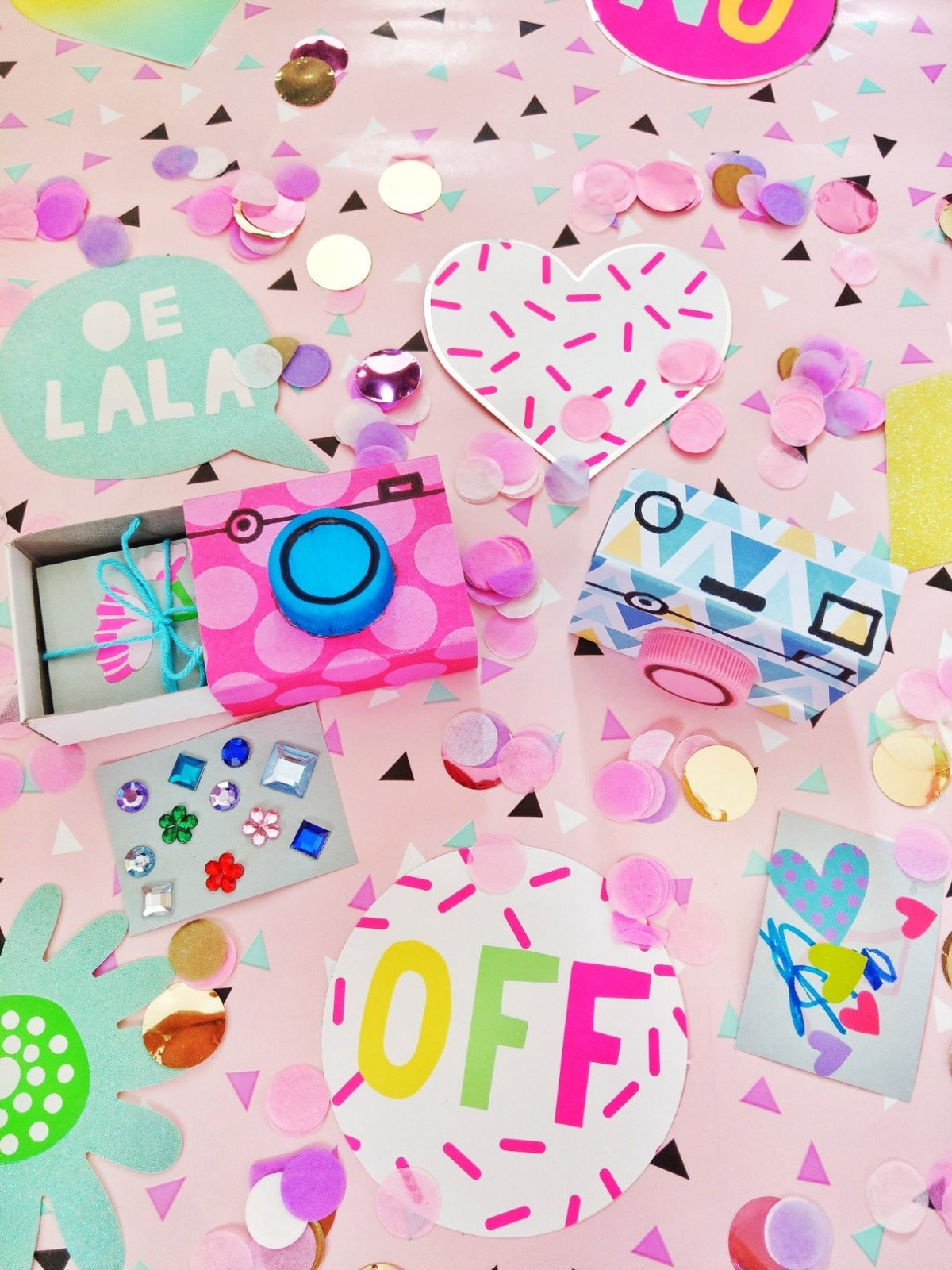 Wie ihr einen Fotoapparat aus einer Streichholzschachtel Basteln könnt, zeige ich euch hier. Ein tolles Geschenk für Menschen die gerne fotografieren oder Kinder.