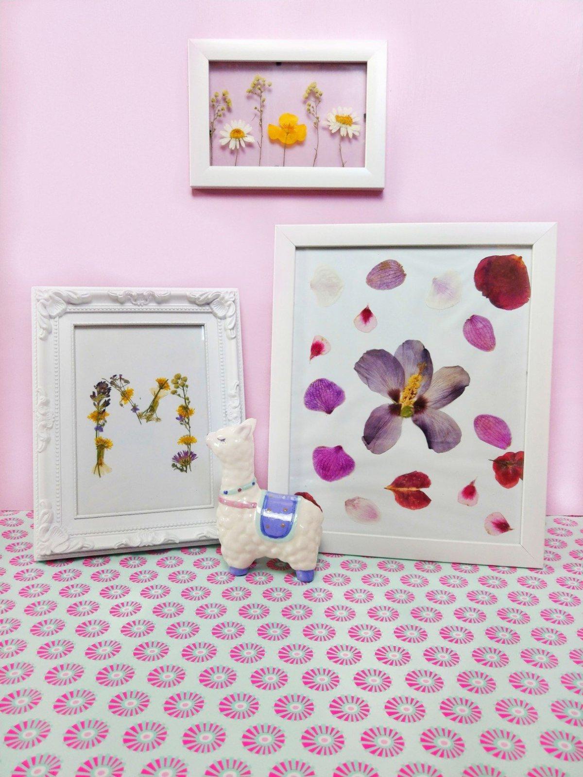 Hier zeige ich euch drei tolle Ideen mit getrockneten Blumen zum Selbermachen. Die Bilderrahmen könnt ihr ganz einfach mit euren Kindern basteln und habt ein tolles DIY Geschenk.