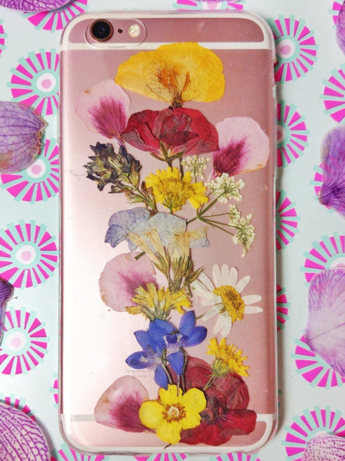 Eine Handyhülle könnt ihr mit getrockneten Blumen ganz einfach aufpimpen