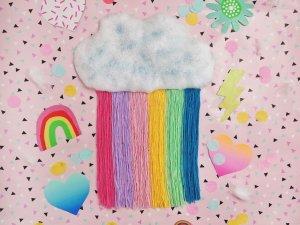 Regenbogenwolke aus Watte und Wolle – Bastelidee für Kinder