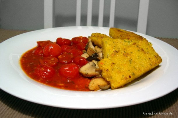 Kräuter-Polenta auf Kirschtomatensoße und gebratenen Kräuterseitlingen vegan
