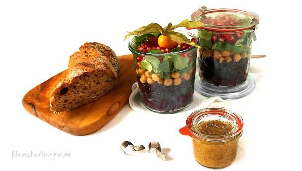 Schwarzer Reissalat to go mit Granatapfel, Kichererbsen, Feldsalat und Rote Beete. Dazu ein Dressing mit Senf, rotem Kampot Pfeffer und Grenadine