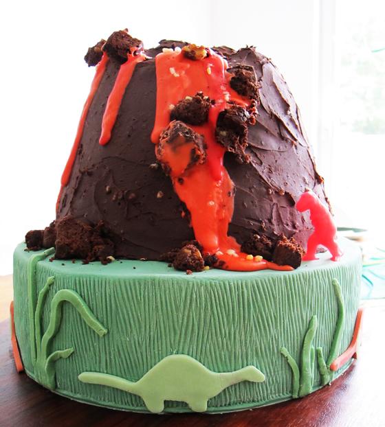 Dinosaurier Geburtstags bash : Kindergeburtstag auf kleinstyle.com dino-party-volcano-cake-04