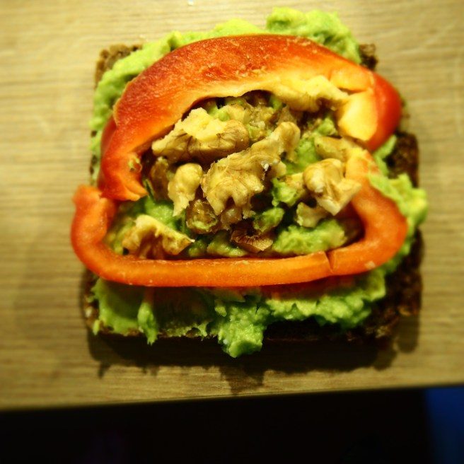 Avocado-Paprika-Nüsse-Brot