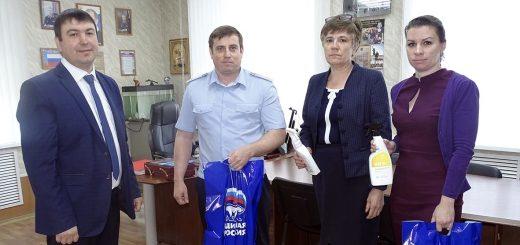 «Единая Россия» передала полиции средства дезинфекции