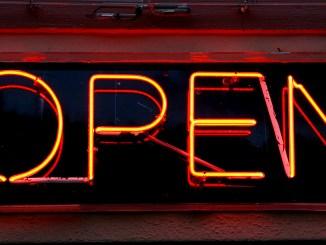 """""""open"""" in Neonschrift"""