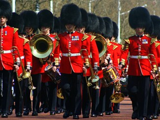 Königliche Palastwache marschiert für die Blogparade LInden