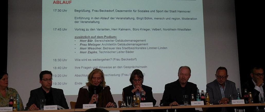 Podium mit Tagesordnung zur Infoveranstaltung Fössebad